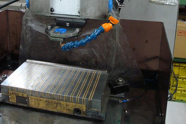 細穴放電加工機